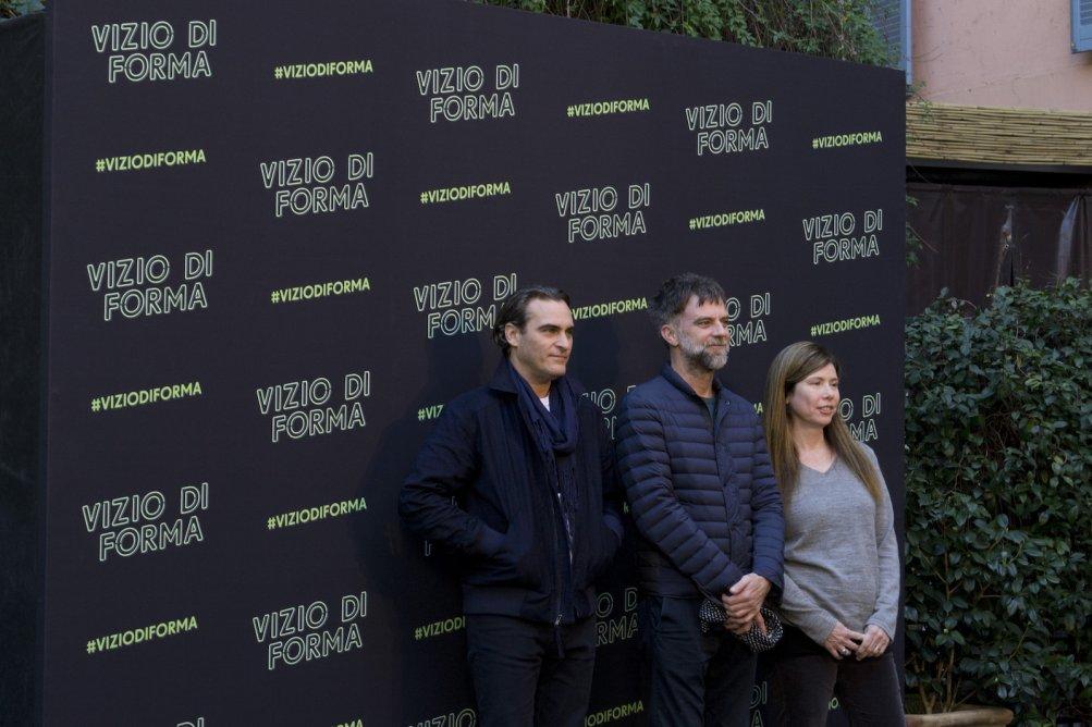 Vizio di forma: Joaquin Phoenix, Paul Thomas Anderson e Joanne Sellar posano al photocall romano