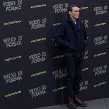 Vizio di forma: Joaquin Phoenix sorride al photocall romano