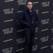 Vizio di forma: Joaquin Phoenix posa al photocall romano