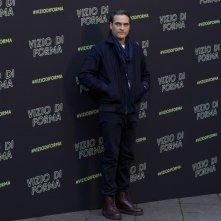 Vizio di forma: Joaquin Phoenix al photocall romano