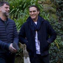 Vizio di forma: Joaquin Phoenix col regista Paul Thomas Anderson al termine del photocall romano