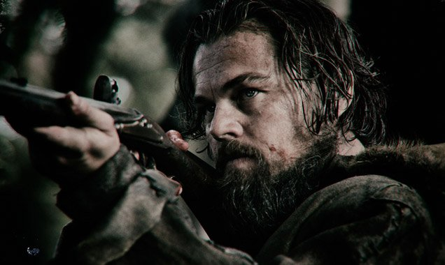 The Revenant: un primo piano di Leonardo DiCaprio intento a sparare