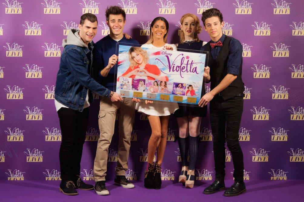 Martina Stoessel (Violetta), Ruggero Pasquarelli, Mercedes Lambre, Diego Dominguez e Jorge Blanco al photocall milanese