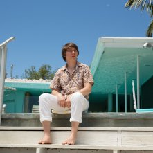 Love & Mercy: Paul Dano seduto al sole