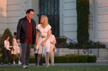 Love & Mercy: John Cusack ed Elizabeth Banks passeggiano in una scena del film