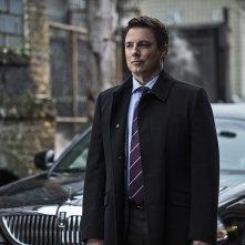 Arrow: l'attore John Barrowman interpreta Malcolm nella puntata Midnight City