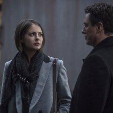 Arrow: Willa Holland e John Barrowman in una scena di Midnight City