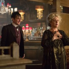 Gotham: Carol Kane e Robin Lord Taylor in una scena dell'episodio Welcome Back, Jim Gordon