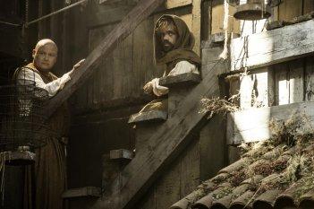 Il trono di spade: gli attori Conleth Hill (Varys) e Peter Dinklage (Tyrion Lannister) in una scena della quinta stagione