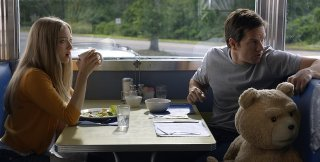Ted 2: Amanda Seyfried, Mark Wahlberg e Ted alla tavola calda