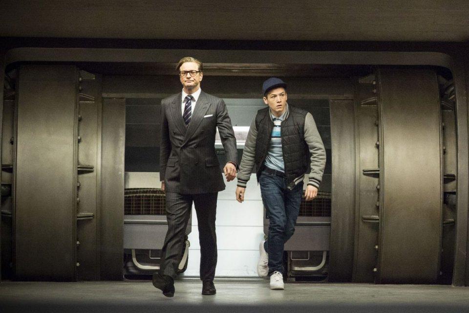 Kingsman: Secret service, Taron Egerton con Colin Firth in una scena
