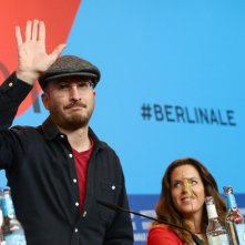 Berlino 2015: il Presidente Darren Aronofsky saluta la stampa, con lui i giurati Claudia Llosa e Daniel Bruhl