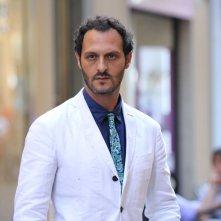Non c'è 2 senza te: Fabio Troiano elegantissimo in una scena del film