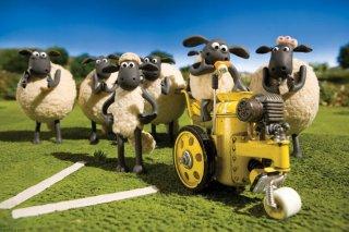 Shaun, Vita da Pecora - Il Film: pecore alle prese con la segnaletica in una scena del film