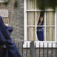Angelica: Jena Malone guarda fuori dalla finestra in una scena del film