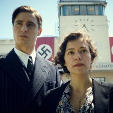 Woman in Gold: Tatiana Maslany con Max Irons in una scena