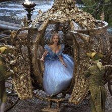 Cenerentola: Lily James scende dalla sua carrozza stregata in una scena del film