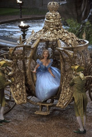 Cenerentola: Lily James scende dalla sua carrozza stregata in una scena del film