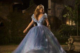 Cenerentola: Lily James nei panni di Cenerentola con il suo luccicante vestito da ballo in una scena del film