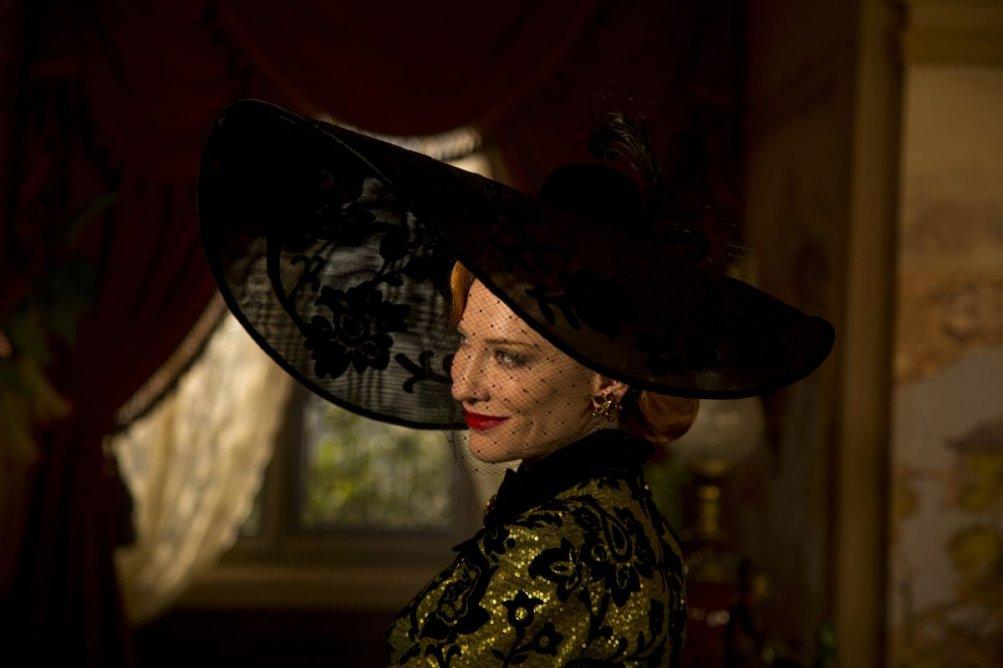 Cenerentola: la matrigna Cate Blanchett in una scena del film