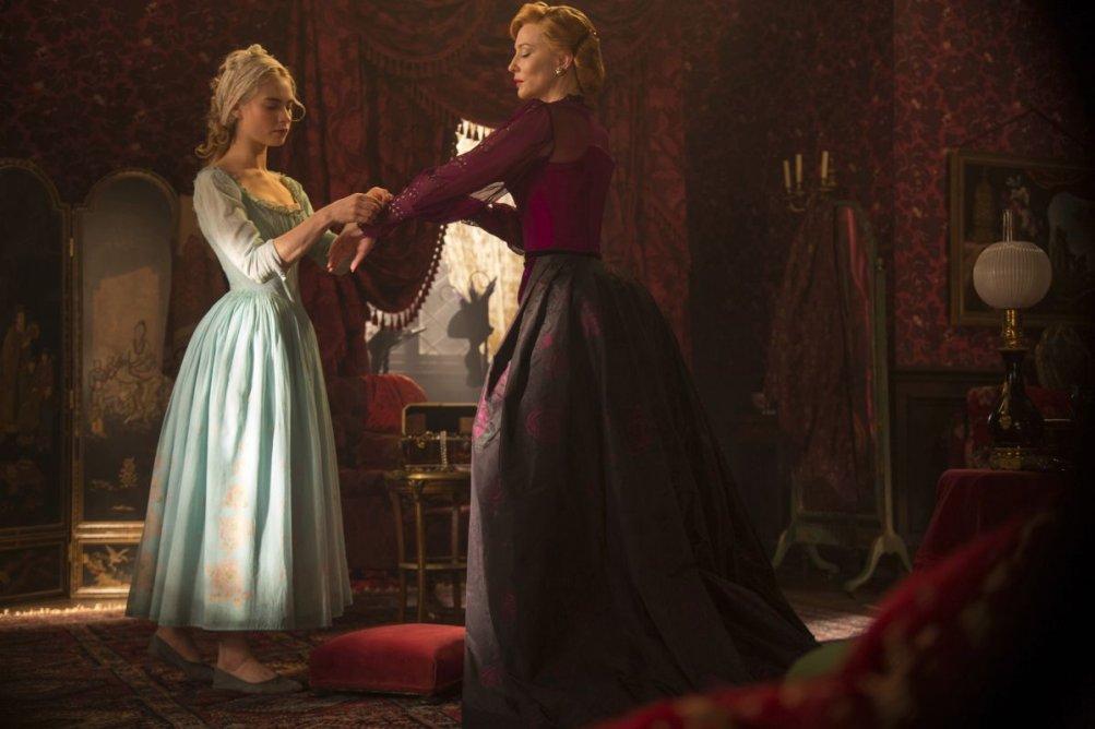 Cenerentola: Lily James con Cate Blanchett in un'immagine del film