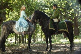 Cenerentola: Lily James con il suo principe azzurro Richard Madden in una scena del film