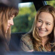 Cinquanta sfumature di grigio: Dakota Johnson con Jennifer Ehle in una scena del film