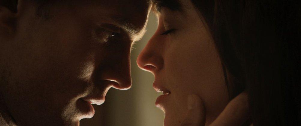 Cinquanta sfumature di grigio: Jamie Dornan con Dakota Johnson in una scena piena di passione tratta dal film