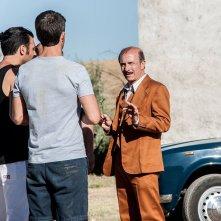 Noi e la Giulia: Carlo Buccirosso parla con Edoardo Leo, Claudio Amendola e Luca Argentero in una scena del film