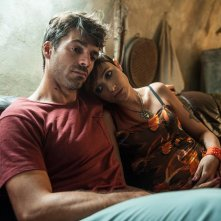Noi e la Giulia: Luca Argentero abbraccia Anna Foglietta in una scena del film