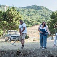 Noi e la Giulia: Edoardo Leo lavora il terreno con Claudio Amendola, Luca Argentero, Stefano Fresi in una scena del film