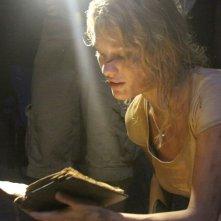 La Piramide: Ashley Hinshaw in una scena dell'horror