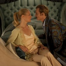 Mortdecai: sguardi languidi tra Johnny Depp e Gwyneth Paltrow in una scena del film