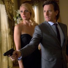Mortdecai: Johnny Depp con Gwyneth Paltrow in una scena del film