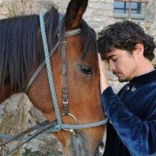 Maraviglioso Boccaccio: Riccardo Scamarcio insieme a un cavallo
