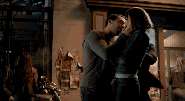 Cinquanta sfumature di grigio: Victor Rasuk tenta di baciare Dakota Johnson
