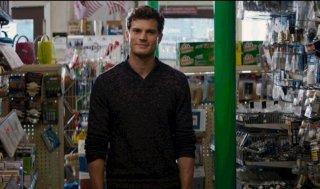 Cinquanta sfumature di grigio: Jamie Dornan arriva nel negozio in cui lavora Anastasia
