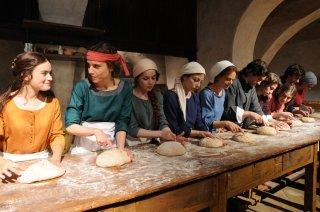 Maraviglioso Boccaccio: donne impastano il pane in una scena