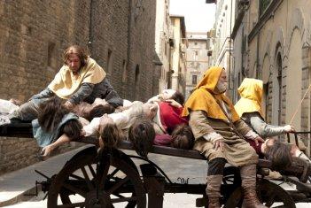 Maraviglioso Boccaccio: la peste affligge la popolazione in una scena del film
