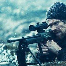 Willem Dafoe in una scena di The Hunter