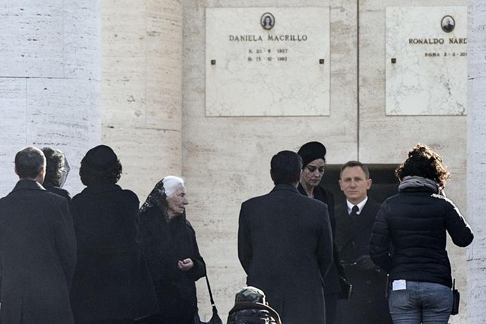 Spectre: Monica Bellucci e Daniel Craig partecipano a un funerale sul set romano