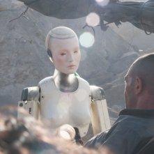 Automata: Antonio Banderas interagisce con un robot in una scena del film