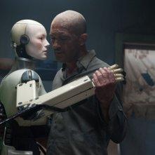 Automata: Antonio Banderas danza con un robot in una scena del film