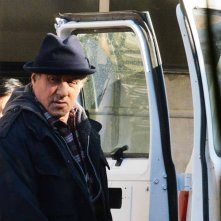 Creed: Sylvester Stallone di fronte a un furgone