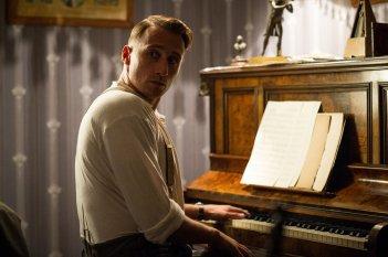 Suite Francese: Matthias Schoenaerts al pianoforte in una scena del film
