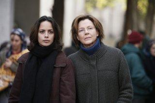 The Search: Bérénice Bejo con Annette Bening in una scena del film