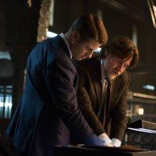 Gotham: Ben McKenzie e Donal Logue in una scena di The Scarecrow
