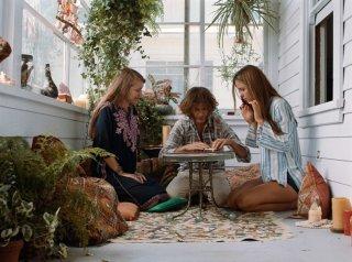 Vizio di forma: Joaquin Phoenix con Katherine Waterston e Joanna Newsom in una scena del film