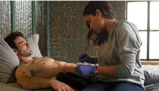 Daredevil: Charlie Cox e Rosario Dawson in una scena della nuova serie