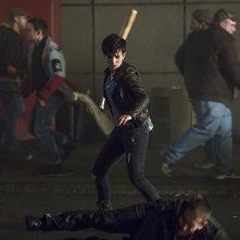 Arrow: Bex Taylor-Klaus è Sin in una scena dell'episodio Uprising